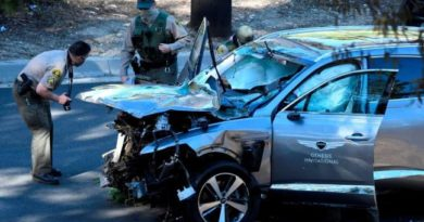 GOLF:  LOS ANGELES, Ca. U.S.-  Tiger Woods suffers serious leg injuries in car wreck